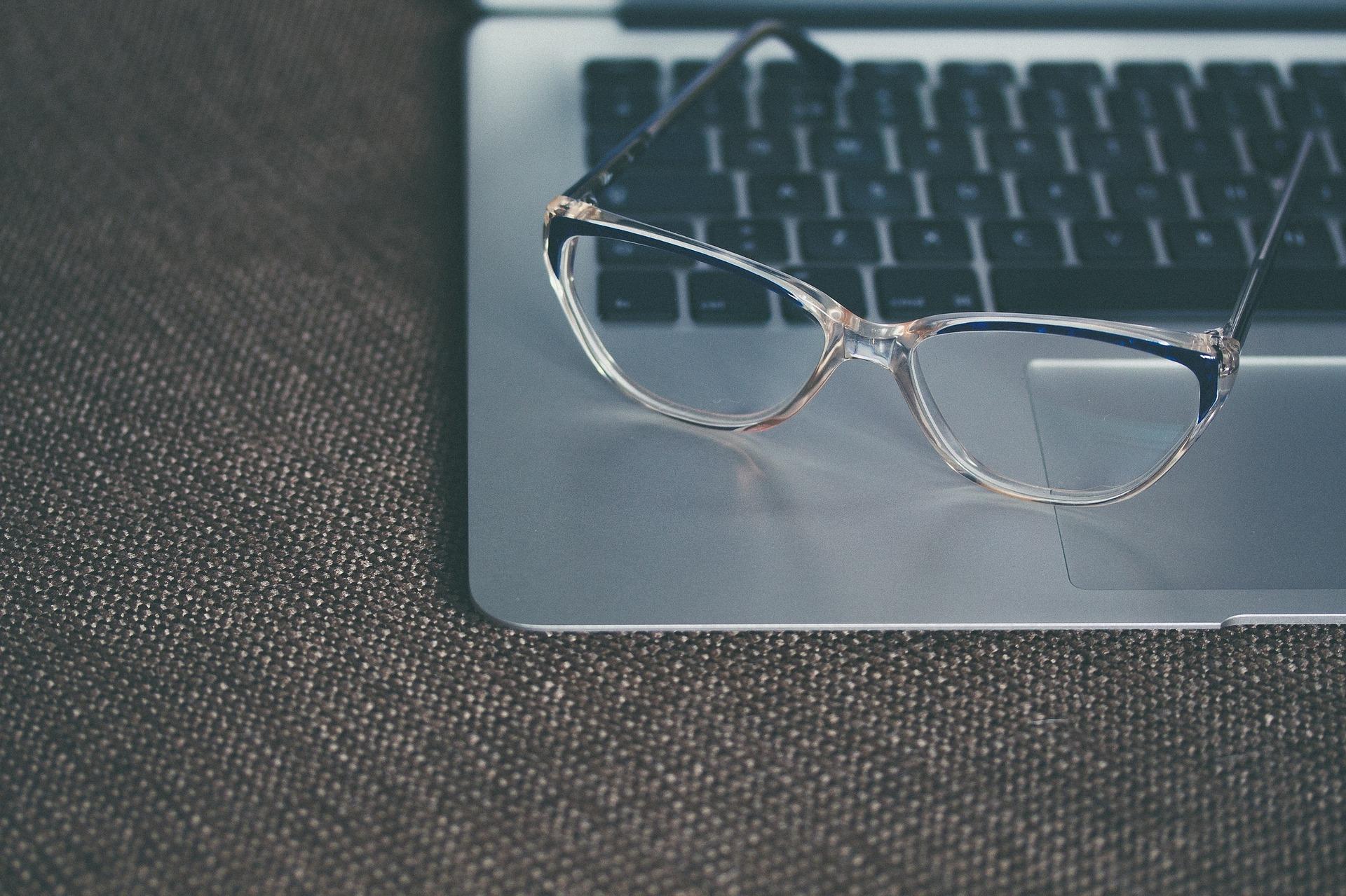 Как да облекчим напрежението в очите, когато работим на компютър?